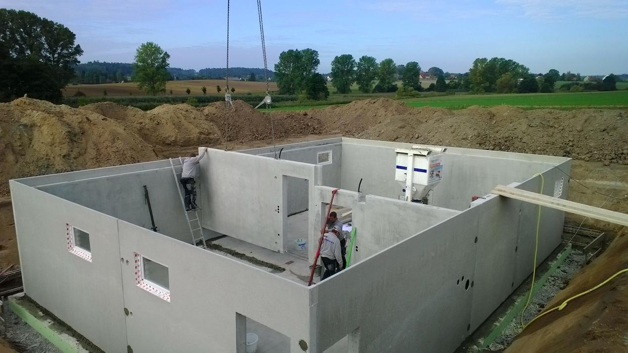 Fertigkeller Arbeiter sind gerade dabei einen Fertigkeller aufzubauen