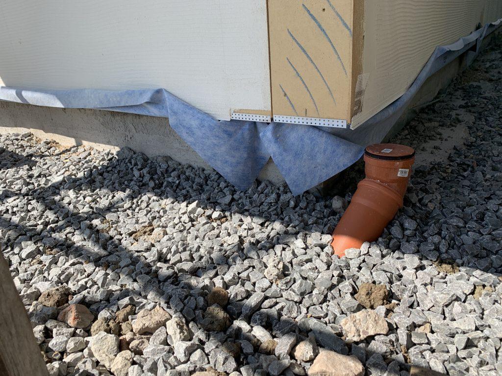 Hausecke mit Bodenplatte aus Beton