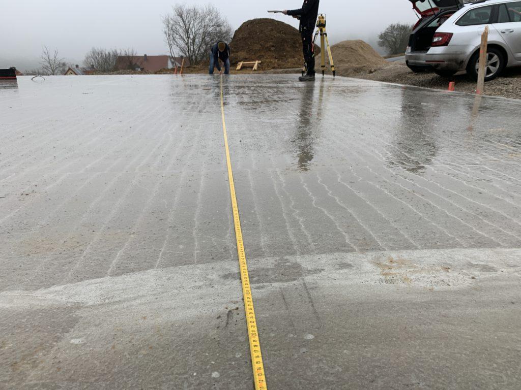 Messarbeiten an Okal Haus Bodenplatte