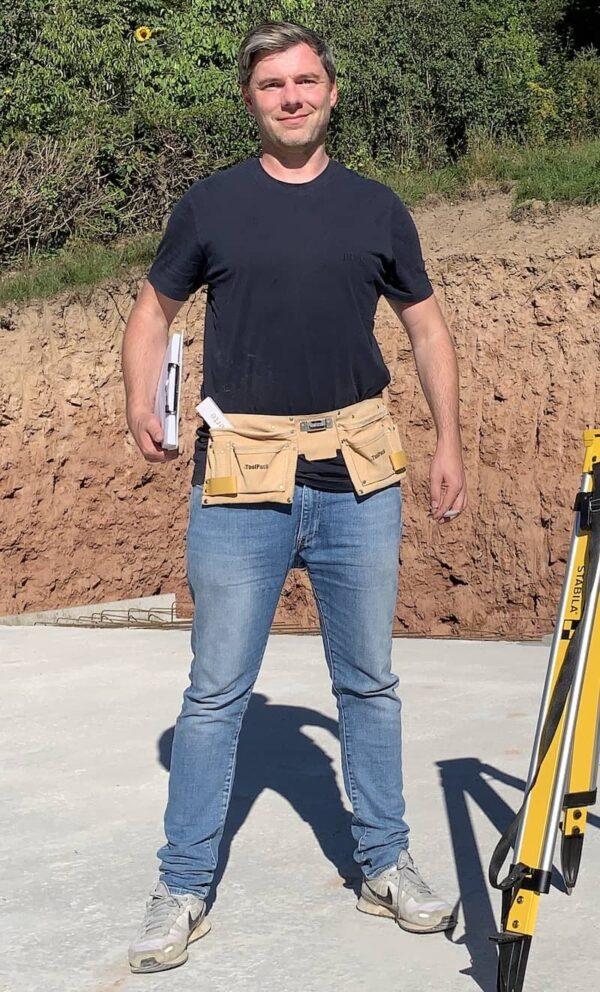 Kellerexperte Tobias Beuler auf einer Fertigkeller Baustelle